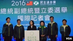台灣民進黨候選人蔡英文(左三)當選台灣史上首位女總統。
