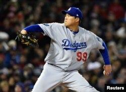로스앤젤레스 다저스의 투수인 류현진 선수가 지난달 24일 열린 보스턴 레드삭스와의 경기에서 투구를 하고 있다.
