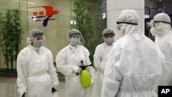 지난 2월 북한 평양 공항에서 신종 코로나바이러스 방역 작업을 진행하고 있다.