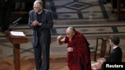 2014年3月7日,達賴喇嘛在兩位牧師的陪同下向聚集在華盛頓國家大教堂聆聽他講話的聽眾致意。