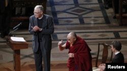 达赖喇嘛在两位牧师的陪同下向聚集在华盛顿国家大教堂聆听他讲话的听众致意。(2014年3月7日)
