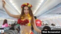 """Theo trang web của hãng, hồi giữa tháng 12 năm ngoái, hãng đã khai trương đường bay mới với """"vũ điệu bikini hoa""""."""