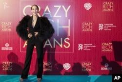 """新加坡華人女星謝宛諭(Fiona Xie)在電影""""瘋狂亞洲富豪""""放映會上走紅毯(2018年8月21日)。"""