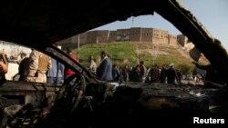 Lực lượng an ninh người Kurd kiểm tra hiện trường của vụ đánh bom xe ở Arbil, thủ phủ của vùng Kurdistan ở phía Bắc Iraq, ngày 19/11/2014.