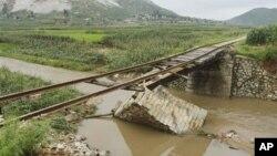 지난 7월30일 북한 평안남도 온천군에서 폭우로 무너진 다리.