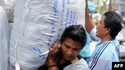 Công nhân khuân vác tại một khu chợ trong thủ đô Bangkok, thái Lan. Mức lương ngày tối thiểu của công nhân đã tăng lên 300 đồng baht Thái (tương đương 9,8 đôla), có hiệu lực từ ngày 1 tháng 1, 2013