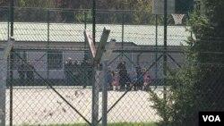 Phụ nữ, trẻ em và chiến binh thánh chiến người Kosovo từ Syria trở về bị giam tại Pristina ngày 20/4/2019.