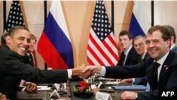 Tổng thống Barack Obama và Tổng thống Dmitry Medvedev thảo luận về hiệp ước cắt giảm võ khí hạt nhân, thượng đỉnh NATO, cùng các đề tài khác bên lề hội nghị thượng đỉnh APEC ở Yokohama, Nhật Bản.