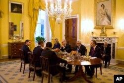 Le président Obama recevant à diner le présindent Moubarak d'Egypte, le roi Abdullah de Jordanie, la secrétaire d'Etat Clinton, le Premier ministre Netanyahu et le président Abbas