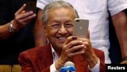 马来西亚反对派领导人、92岁的马哈蒂大选结束后参加记者会(2018年5月9日)