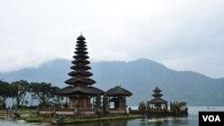 Pura Ulun Danu Bratan, di dekat kawasan Bedugul, Bali (foto: dok). Aktivis lingkungan menolak rencana pembangunan geothermal Bedugul karena Bedugul merupakan kawasan resapan air bagi Bali.