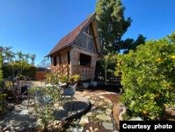 Rumah lumbung kuno yang berdiri di San Diego menjadi restoran fine dining Warung RieRie milik warga Indonesia (dok: Rie Sims)