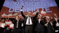 Presidential candidate Alexander Van der Bellen celebrates his victory in Sunday's presidential election with supporters in Austria's capital Vienna, Dec. 4, 2016. Van der Bellen beat his far-right opponent Norbert Hofer by a seven percent margin. The sig