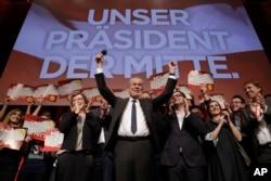 Presidential candidate Alexander Van der Bellen celebrates his victory in Sunday's presidential election with supporters in Austria's capital Vienna, Dec. 4, 2016. Van der Bellen beat his far-right opponent Norbert Hofer by a seven percent margin.
