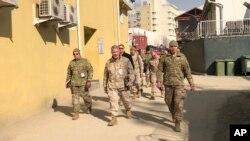 프랭크 매켄지 미군 중부사령관(가운데)이 지난 1월 예고 없이 아프가니스탄 카불을 방문했다.