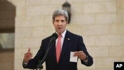 미국 존 케리 국무장관이 6일 팔레스타인에서 마흐무드 압바스 자치정부수반과 회담했다.