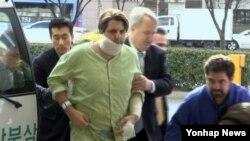 5일 흉기 습격을 당한 마크 리퍼트 주한 미국 대사가 서울 서대문구 신촌세브란스 병원으로 들어가고 있다.