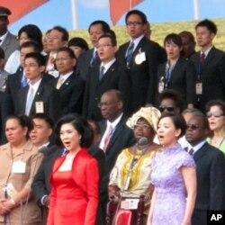 明星白嘉莉(左)与王芷蕾(右)在双十国庆上领唱国歌