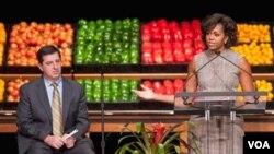 Ibu Negara Michelle Obama dan CEO jaringan ritel Walmart, Bill Simon saat meluncurkan program makanan sehat.
