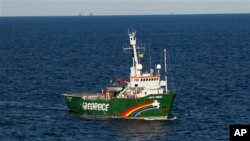 "Kapal Greenpeace""Arctic Sunrise"" terlihat di Teluk Meksiko di Pesisir Pantai Louisiana (15/10/2010). Saat itu Greenpeace mengecam pernyataan yang menyatakan bahwa teluk itu telah bersih dari tumpahan minyak akibat ledakan kilang minyak BP."