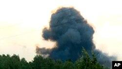 Dans cette vidéo fournie par la télévision russe RU-RTR, la fumée s'élè après des explosions dans la base militaire située à une dizaine de kilomètres d'Achinsk, région de Krasnoïarsk, dans l'est de la Russie, le lundi 5 août 2019.