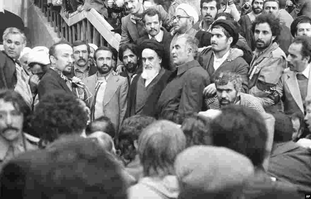 بازگشت خمینی به کشور - آیت الله روح الله خمینی در میان جمعیت کثیر هواداران در فرودگاه مهرآباد – تهران، ۱۲ بهمن ۱۳۵۷