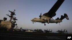 지난 2014년 8월 이슬람 수니파 무장단체 ISIL 격퇴를 위해 페르시아 만에 출격한 미 항공모함 조지 H.W.부시 호에 조기경보기가 착륙하고 있다.