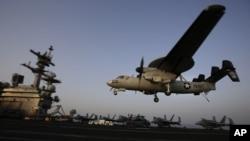 Sebuah pesawat mendarat setelah misi menarget ISIS di Irak dari dek kapal USS George H.W. Bush milik Angkatan Laut AS di Teluk Persia. (Foto: Dok)