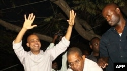 Ca sĩ Michel Martelly (trái) được tuyên bố là người chiến thắng trong cuộc bầu cử vòng nhì