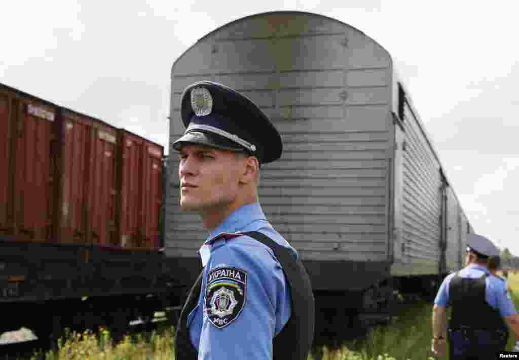 مسافر طیارے میں ہلاک ہونے والوں کی لاشوں کو ایک ٹرین کے ذریعے یوکرین کی حکومت کے زیر کنٹرول شہر خارکیف پہنچایا گیا۔