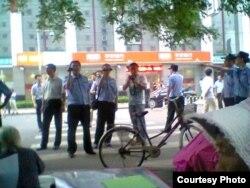 公安人员在中国外交部外宿营请愿现场拍照(图片来源:曹顺利)