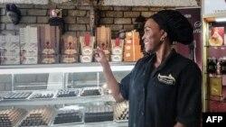 Julie Nyangui, fondatrice de la marque de chocolats qui porte son nom, dans son magasin à Libreville, le 8 juin 2019.