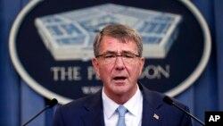 애슈턴 카터 미 국방장관이 30일 국방부에서 기자회견을 갖고 성전환자에 대한 군 복무 금지 조치 해제 방침을 밝혔다.