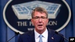 """""""Los estadounidenses que quieren servir y pueden cumplir con nuestros estándares deberían tener la oportunidad de competir para hacerlo"""", indicó Carter en el Pentágono."""