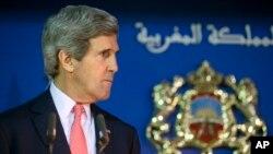 """Sekretè Deta John Kerry ap tande yon kesyon pandan li tap patisipe nan yon konferans pou laprès avèk Minis Afè Etranjè mawoken an, Salaheddine Mezouar, pandan dewoulman """"Dyalòg Estratejik Amerikano-Mawoken"""" nan lokal Depatman Afè Etranjè a nan vil Rabat, o Mawòk. (Foto: 4 avril 2014)."""