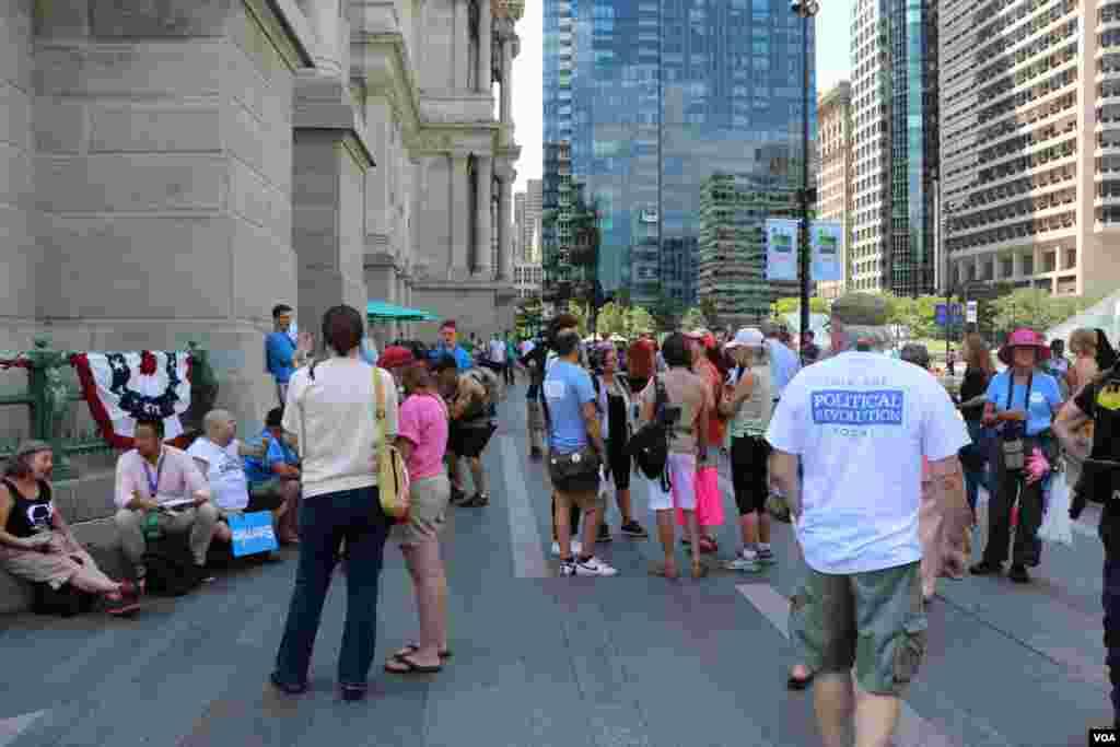 روز آخر کنوانسیون هم هنوز عده ای از طرفداران برنی سندرز معترض هستند.