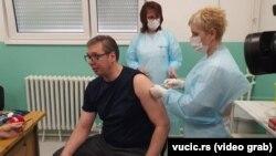 Arhiva - Predsednik Aleksandar Vučić prima drugu dozu vakcine protiv Kovida 19 u Pukovacu, selu između Niša i Leskovca, u jugoistočnoj Srbiji, 27. aprila 2021. (foto: vucic.rs)