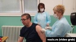 Predsednik Aleksandar Vučić primio je revakcinu u selu Pukovac (foto: vucic.rs)