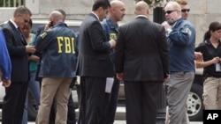 Агенты ФБР у вашингтонской штаб-квартиры консервативной организации «Совет по исследованиям семьи. 15 августа 2012г.