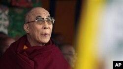 ڕێبهری ڕوحانی تبت دهلای لاما له میانهی ڕێوڕهسـمێـکدا له دارمهسالا له هیندسـتان، پـێـنجشهممه 10 ی سێی 2011