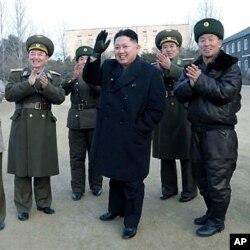 ທ່ານ Kim Jong Un ຜູ້ນໍາເກົາຫລີເໜືອ ໂບກມືໃນລະຫວ່າງ ການຢ້ຽມຢາມ ກອງທະຫານອາກາດບັ້ນນຶ່ງ ເມື່ອບໍ່ນານມານີ້. ຮູບຖ່າຍເມື່ອວັນທີ 31 ມັງກອນ 2012.