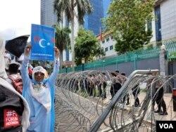 Para polisi dikerahkan untuk mengamankan Kedutaan Besar Cina di Jakarta, pada aksi unjuk rasa membela Muslim Uighur Jumat 27/12. (VOA/Fathiyah).