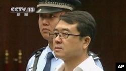 Wang Lijun, nampak di layar CCTV saat disidang di pengadilan Chengdu, propinsi Sichuan, Tiongkok (18/9). Pemerintah Tiongkok akan mengumumkan keputusan atas kasus Mantan Kepala Kepolisian ini, Senin (24/9) mendatang.