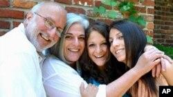格羅斯被捕前的家庭照。