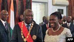 Tổng thống Bờ Biển Ngà Laurent Gbagbo và phu nhân Simone trong buổi lễ tuyên thệ tại Dinh Tổng thống ở Abidjan