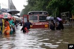 인도 뭄바이 시민들이 29일 침수된 거리에서 이동하고 있다.
