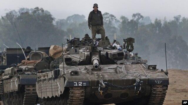 Binh sĩ Israel đứng trên một chiếc xe tăng tại khu vực gần biên giới Israel-Dải Gaza, ngày 20/11/2012.