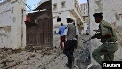 Polisi Somalia mengambil posisi ketika militan al Shabaab menyerang hotel Maka Al-Mukarama di Mogadishu, Somalia Jumat (27/3).