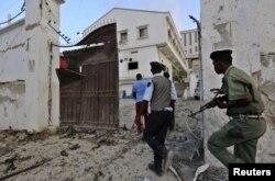 ຕຳຫລວດ Somali ຕອບໂຕ້ ຫລັງຈາກພວກຫົວຮຸນແຮງ al-Shabab ໂຈມຕີ ໂຮງແຮມ Maka al-Mukarama ທີ່ເມືອງ Mogadishu.