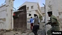 소말리아 경찰이 알샤바브의 공격을 받은 호텔에서 진압 작전을 펼치고 있다.